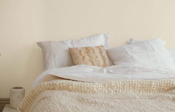 Phòng ngủ sơn màu vàng kem - Giấc ngủ yên bình - Forich.vn